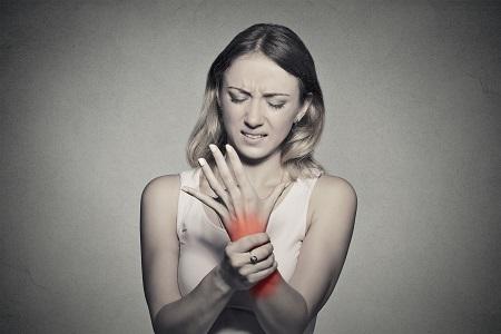 a csuklóízület különösen hirtelen mozgással fáj ízületi fájdalom latin