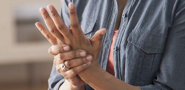 a duzzadt ujj a karon fáj az ízületet